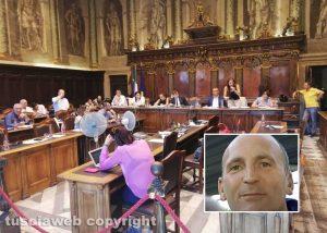 Il minuto di silenzio in consiglio comunale - Nel riquadro Maurizio Ragonesi