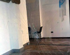 Civita Castellana - La vetrina della sede di Forza Italia danneggiata