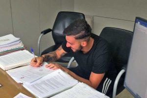 Sport - Calcio - Flaminia - Luca Guadalupi al momento della firma