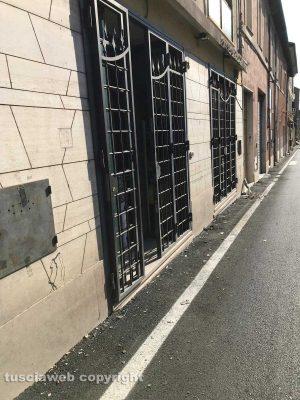 Civita Castellana - Via Ferretti - Divelta insegna di un negozio