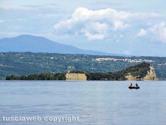 Capodimonte - L'isola Bisentina e sullo sfondo Gradoli e il monte Amiata