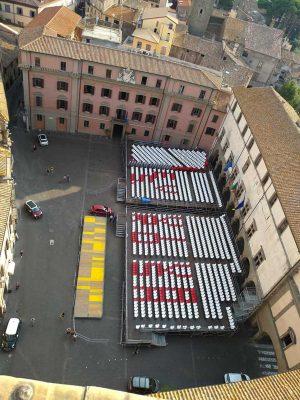 Viterbo - Le sedie a piazza del Comune e la scritta Evviva santa Rosa
