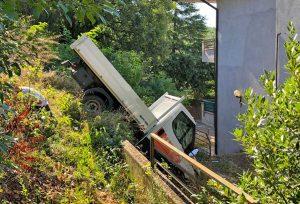 Gradoli - Camion finisce nella scarpata