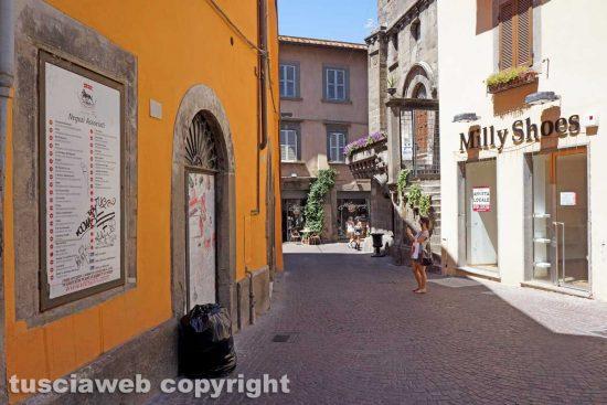 Viterbo - I cartelli del centro commerciale naturale di via Saffi