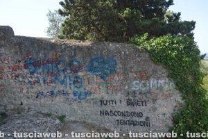 Scritte sulle mura della chiesa di San Giacomo a Tarquinia