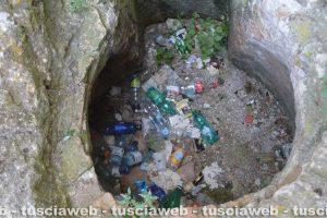 Butto pieno di rifiuti