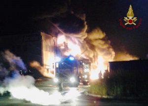 Faenza - I vigili del fuoco intervengono per spegnere le fiamme divampate nel capannoneFaenza - I vigili del fuoco intervengono per spegnere le fiamme divampate nel capannone