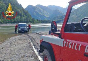 Pordenone - L'intervento dei vigili del fuoco sul lago di Redona