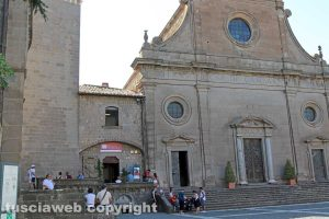 Viterbo - Duomo di san Lorenzo - Persone in prossimità delle fiaccole