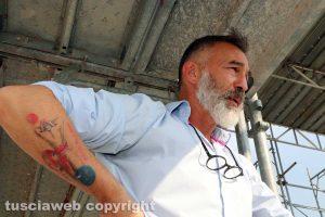 Raffaele Ascenzi col tatuaggio che rappresenta il manifesto di Salcini