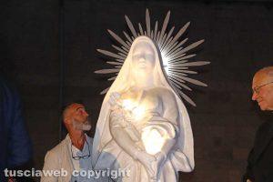 Raffaele Ascenzi accanto alla statua di santa Rosa