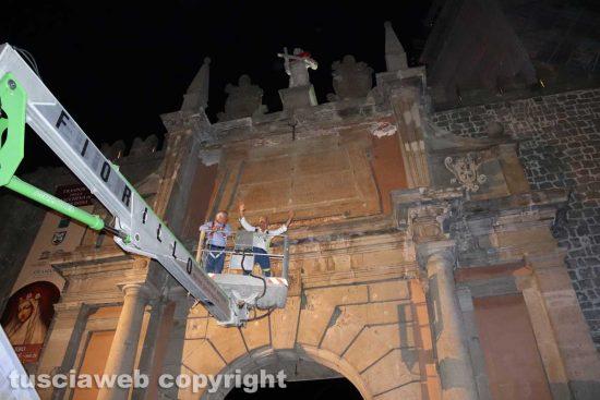 VIncenzo Fiorillo e Giovanni Arena salgono sopra porta Romana