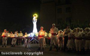 Viterbo - I facchini del corteo di Santa Rosa nel quartiere di Santa Barbara