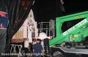 Viterbo - La statua di Santa Rosa viene deposta in cima a Miracolo di fede