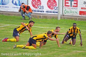 Sport - Calcio - Viterbese - L'esultanza dei gialloblù dopo il gol di Tounkara