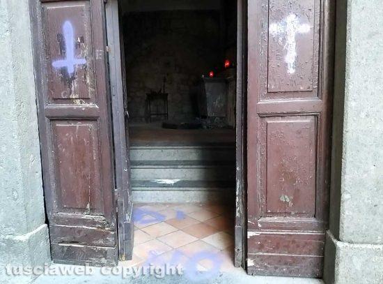 Le scritte alla chiesa della Madonna dell'Arco