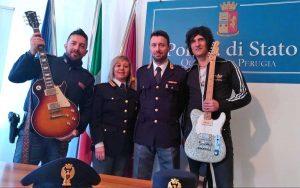 La polizia di Perugia riconsegna le chitarre ai Negrita