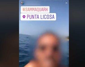 Salerno - Si riprende mentre getta una bottiglia in mare