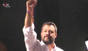 Siracusa - Matteo Salvini brandisce un rosario verso i contestatori