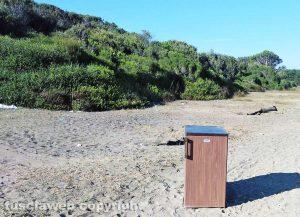 Montalto di Castro - Frigo abbandonato sulla spiaggia