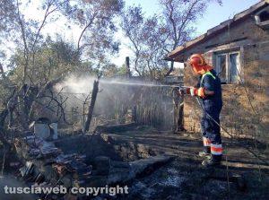 Montefiascone – Sterpaglie in fiamme minacciano alcune rimesse agricole