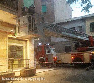 Montefiascone – Cadono pezzi di cornicione - L'intervento dei vigili del fuoco