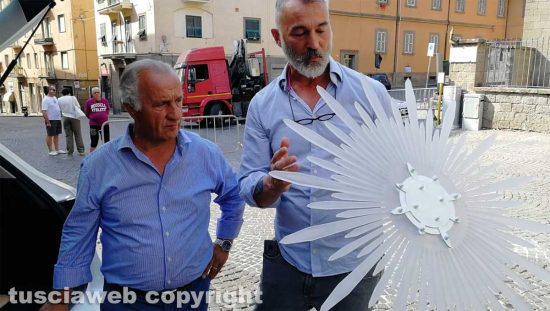 Raffaele Ascenzi con la nuova aureola per la statua di santa Rosa