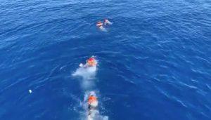 Lampedusa - Cinque migranti si gettano in mare dalla Open Arms