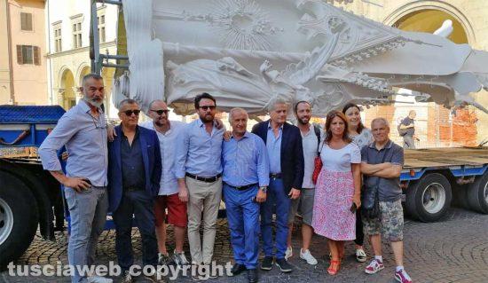 Sindaco, assessori e consiglieri comunali accolgono Gloria a piazza del Comune