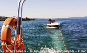 Capodimonte - Il salvataggio dell'imbarcazione in avaria nel lago di Bolsena