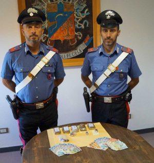 La droga e i soldi sequestrati dai carabinieri di Montefiascone