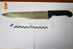 Civitavecchia - Ferisce due poliziotti - Il coltello da macelleria sequestrato
