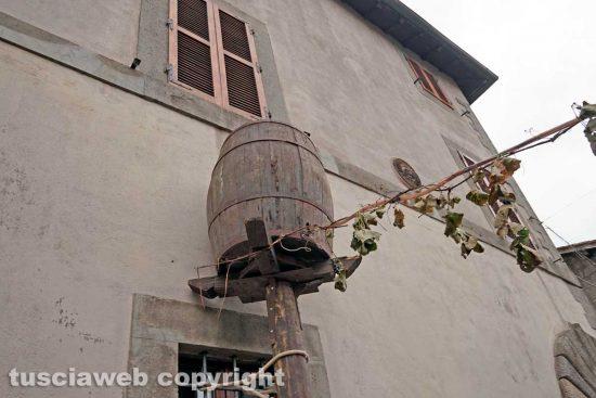 Viterbo - La botte che porta il vino nella fontana di Pianoscarano