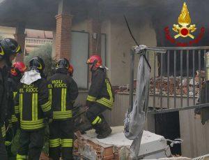 Roma - I vigili del fuoco intervengono per spegnere le fiamme della palazzina dove si è verificata l'esplosione