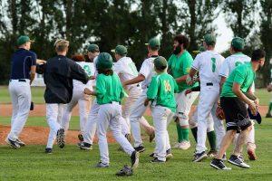 I giallo-verdi festeggiano entusiasti al ternmine della partita con il Rimini