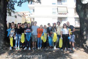 Viterbo - I ragazzi che si sono riuniti per pulire Pratogiardino