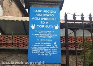 """Bagnaia - il cartello col parcheggio """"riservato a imbecilli e cornuti"""""""