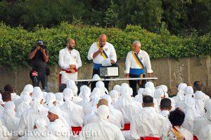 Santa Rosa - I facchini in ritiro nel boschetto dei frati Cappuccini - Sandro Rossi parla ai suoi uomini