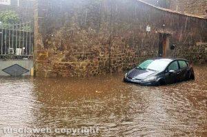 Viterbo - Porta San Pietro allagata - Coppia di ragazzi intrappolati in auto dall'acqua