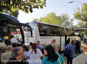 Oriolo Romano - I bus sostitutivi attesi dai pendolari della Roma-Viterbo