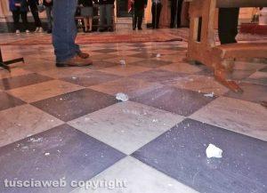 Viterbo - Sant'Angelo in Spatha - I pezzi di stucco caduti durante la messa