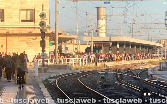 Roma Termini - Pendolari in attesa ai binari