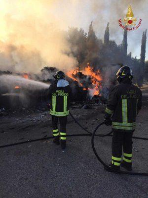 I pompieri in azione per l'autoarticolato in fiamme