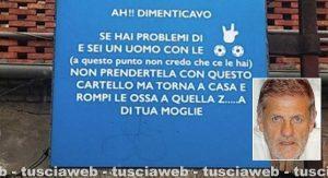 Il cartello offensivo affisso a Bagnaia - Nel riquadro l'assessore Claudio Ubertini