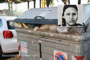 Il cassonetto di via Solieri dove è stato ritrovato il feto - Nel riquadro la madre