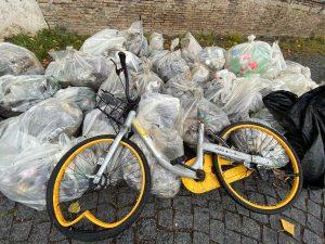 Raccolti ingombranti, biciclette, bottiglie di vetro e plastica