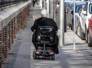 Un disabile in scooter elettrico