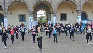 Viterbo - Piazza del Comune - Il flashmob di babywearing