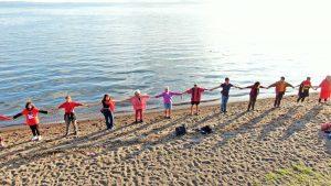 Bolsena - Centinaia di persone hanno abbracciato il lago