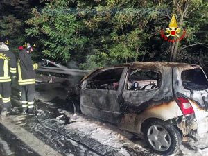 Terni - Incendio in superstrada, auto divorata dalle fiamme